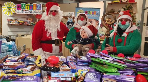 Bohócdoktor Mikulás: 500 család karácsony előtti támogatása