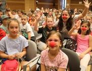 Bohócdoktorok segítették a táborozó kisgyermekeket