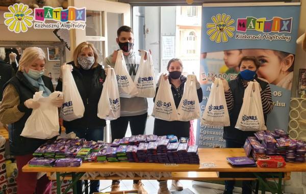 Segítő csapat, adomány osztás
