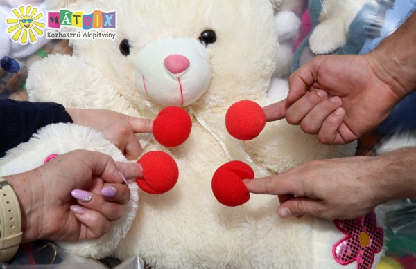 Gyermekek támogatása játékok érkeztek a bohócdoktoroktól